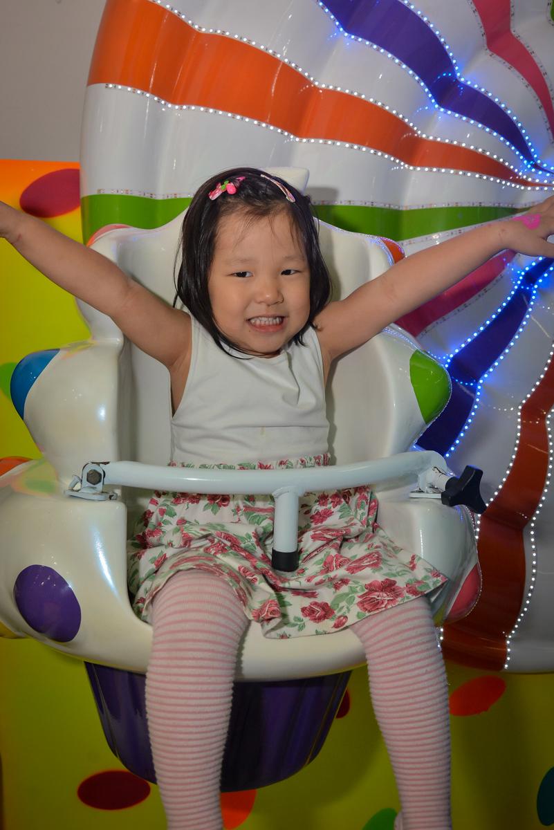 brincando-no-carrossel-no-buffet-magic-joy-moema-são-paulo-sp-festa-infantil-fotograia-infantil-festa-de-rafael-3-anos