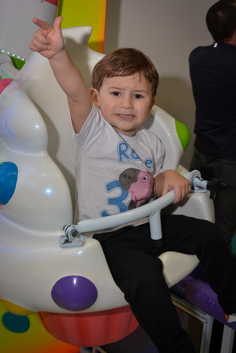 as-crianças-gostam-do-carrossel-no-buffet-magic-joy-moema-são-paulo-sp-festa-infantil-fotograia-infantil-festa-de-rafael-3-anos