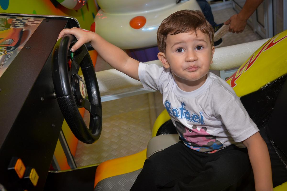 brincando-no-carrinho-de-corrida-no-buffet-magic-joy-moema-são-paulo-sp-festa-infantil-fotograia-infantil-festa-de-rafael-3-anos