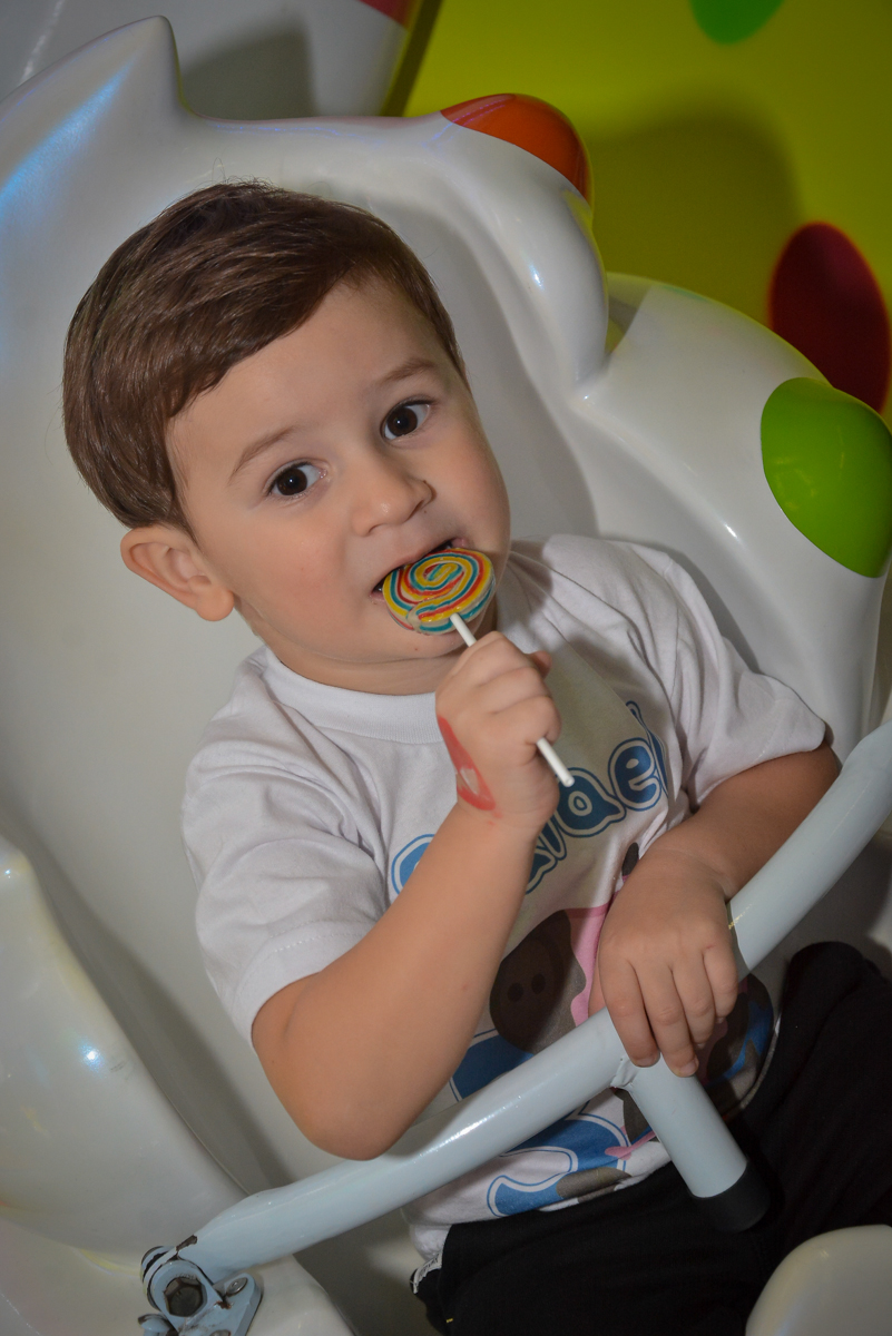 comendo-doce-da-festa-no-buffet-magic-joy-moema-são-paulo-sp-festa-infantil-fotograia-infantil-festa-de-rafael-3-anos