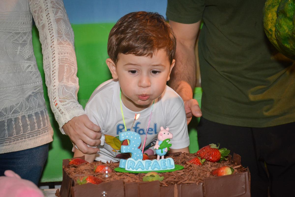 assoprando-a-vela-do-bolo-no-buffet-magic-joy-moema-são-paulo-sp-festa-infantil-fotograia-infantil-festa-de-rafael-3-anos