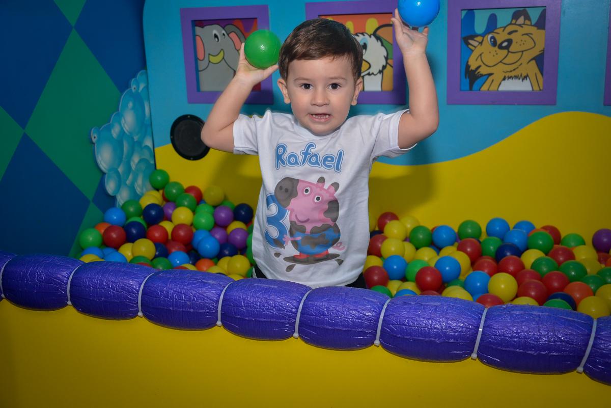 vrincando-na-piscin-de-bolinha-no-buffet-magic-joy-moema-são-paulo-sp-festa-infantil-fotograia-infantil-festa-de-rafael-3-anos