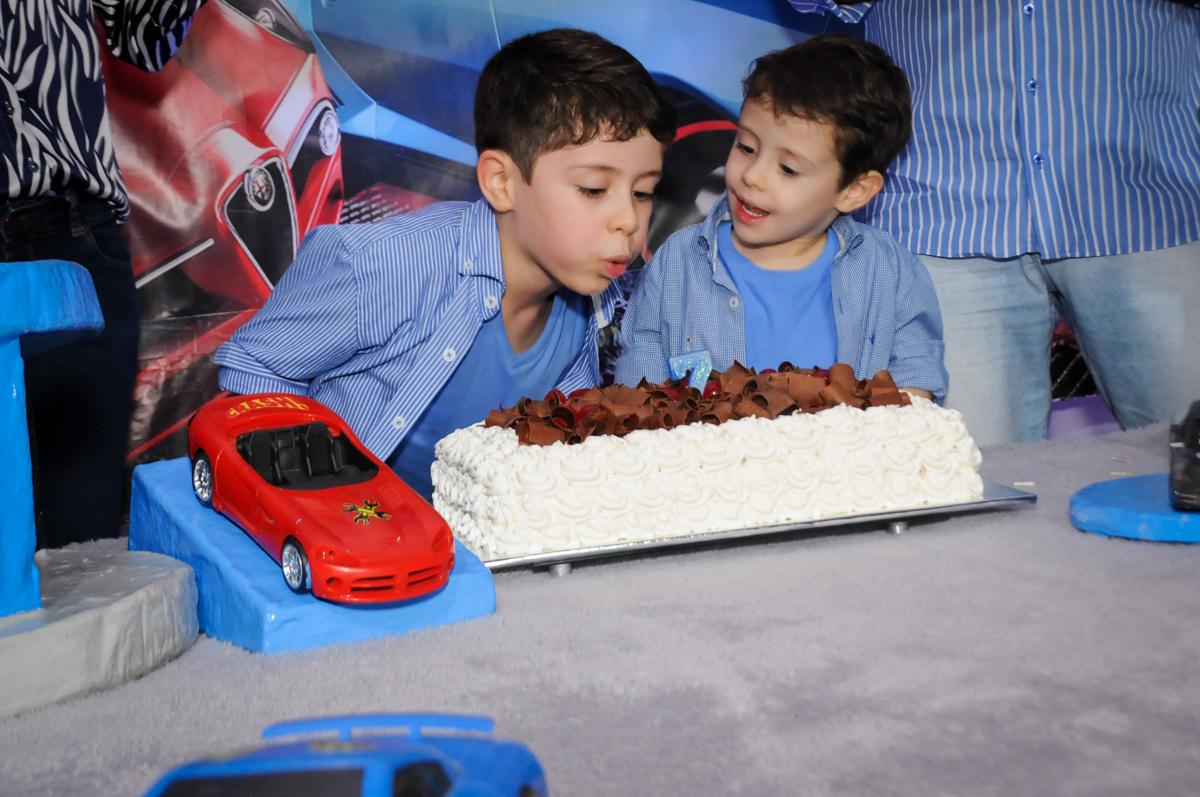 assoprando a vela do bolo no buffet balaktoon, sao paulo, sp