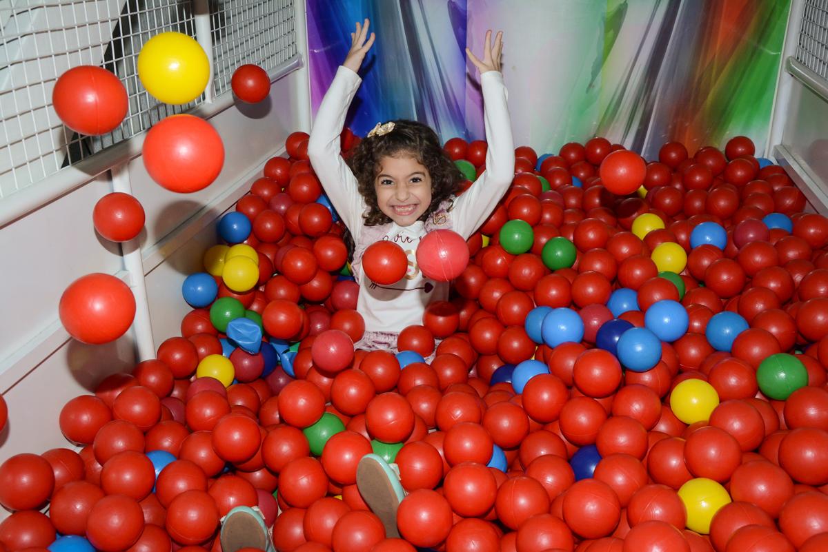 jogando bolinhas para cima no Buffet Galeria da arte, Vila Maria São Paulo, SP