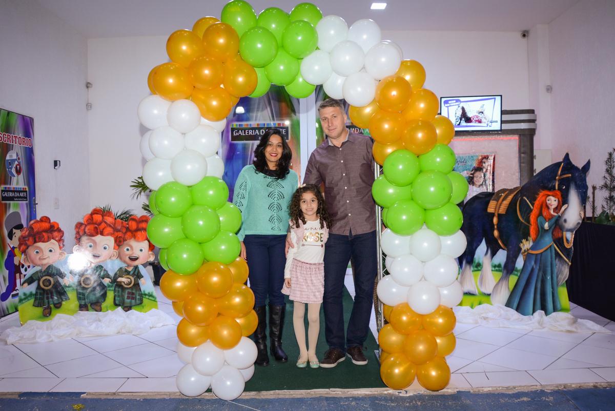 fotografia da família no arco de bexigas no Buffet Galeria da arte, Vila Maria São Paulo, SP