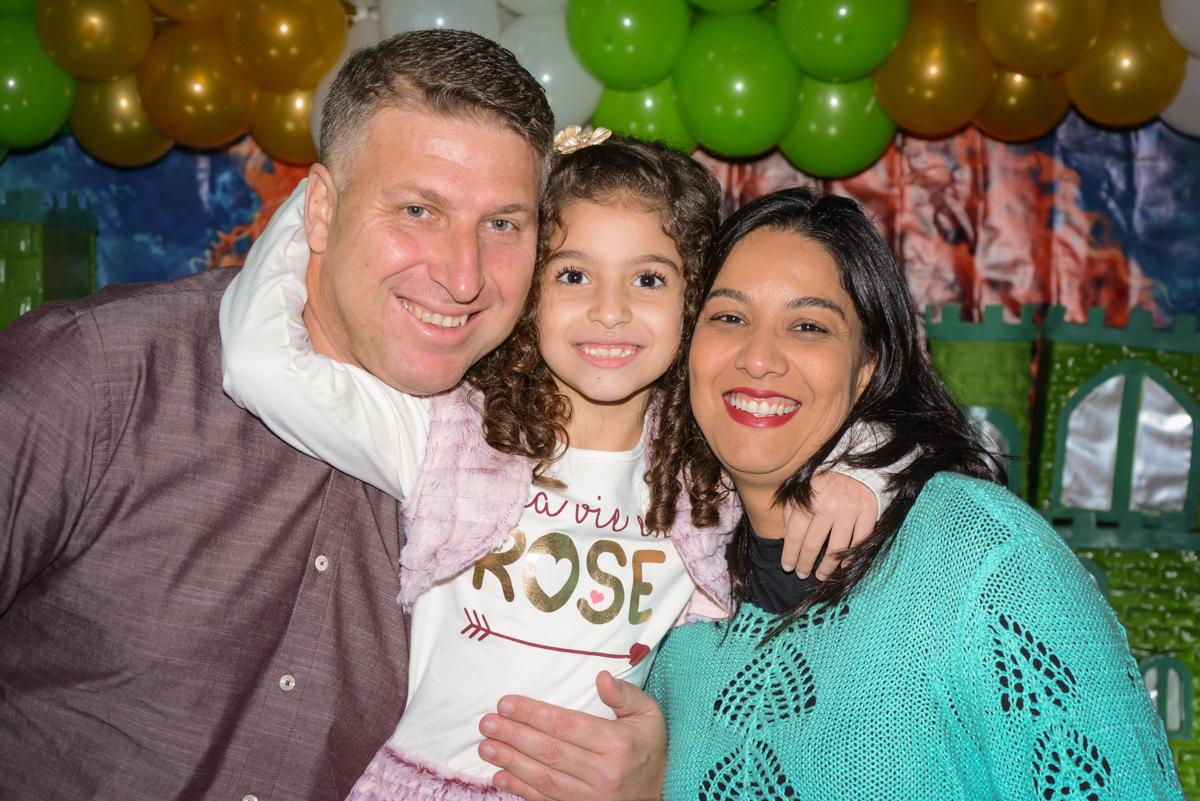 abraço gostoso ganha a aniversariante no Buffet Galeria da arte, Vila Maria São Paulo, SP