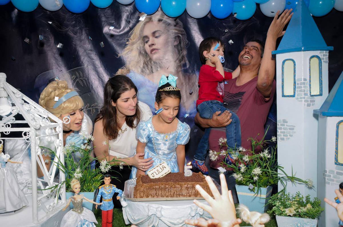assoprando a vela do bolo noBuffet Mega Boom, Santana, Zona Norte São Paulo, SP
