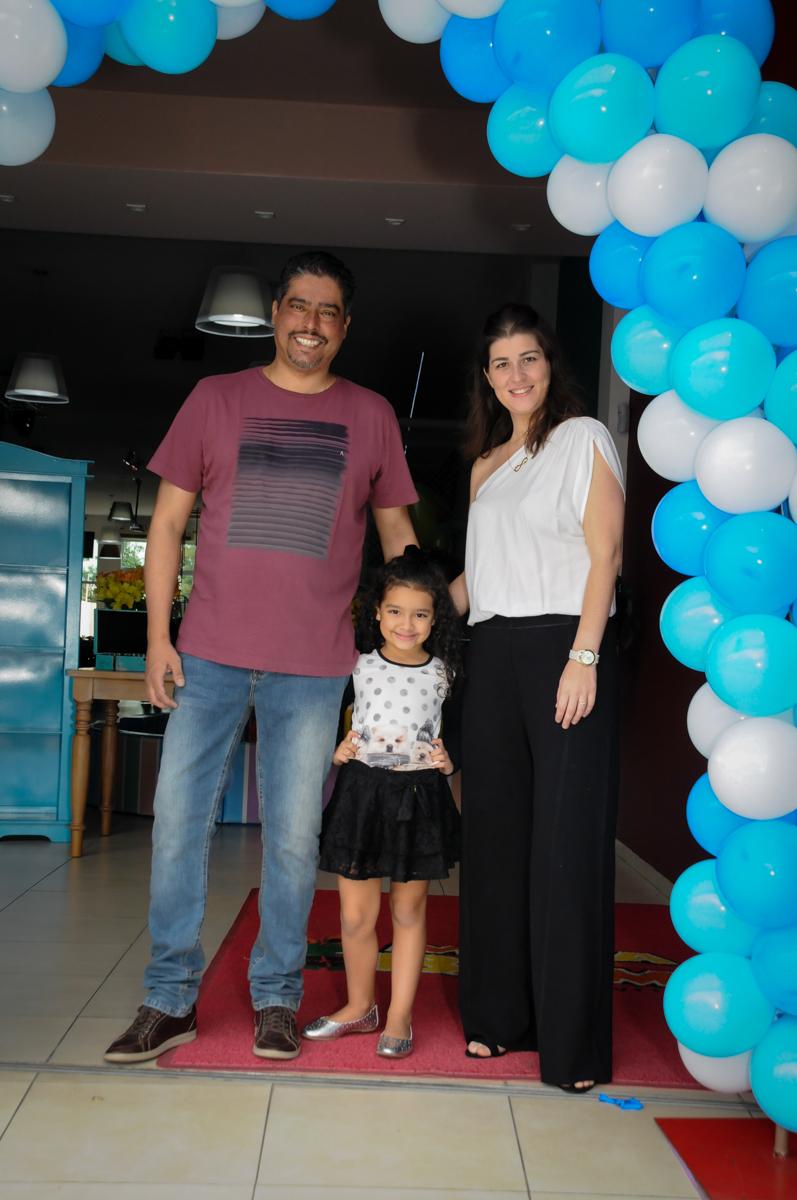 fotografia da família no arco de bexigas no Buffet Mega Boom, Santana, Zona Norte São Paulo, SP