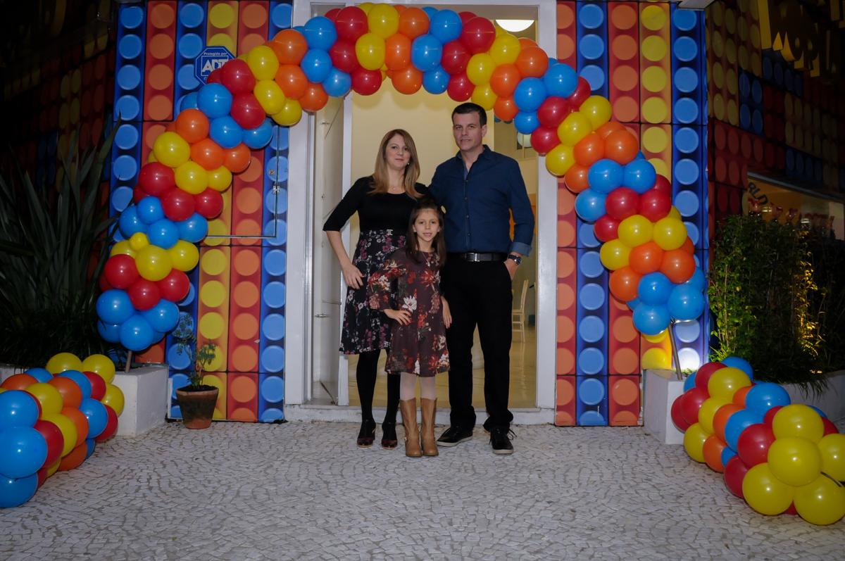 fotografia da família no arco de bexigas no buffet fantastic world, morumbi, são paulo,sp