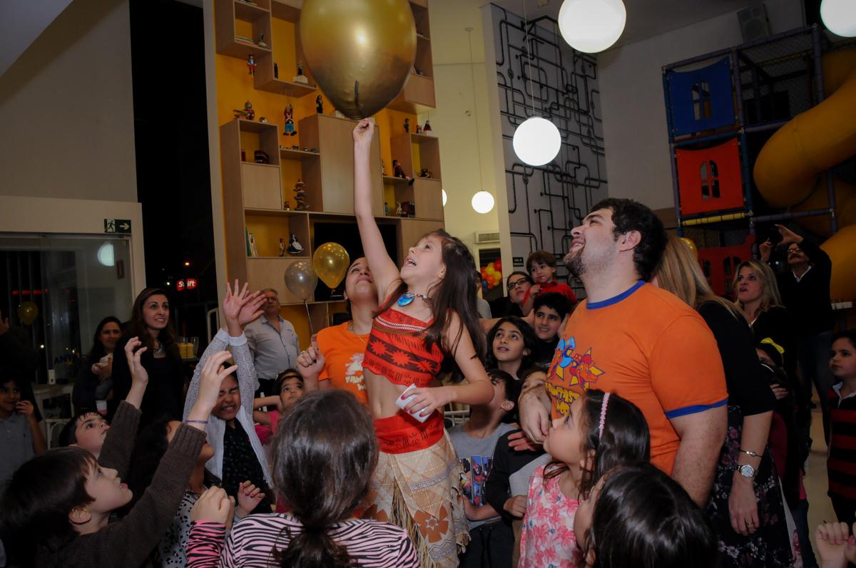 hora de estourar o balão no buffet fantastic world, morumbi, são paulo,sp