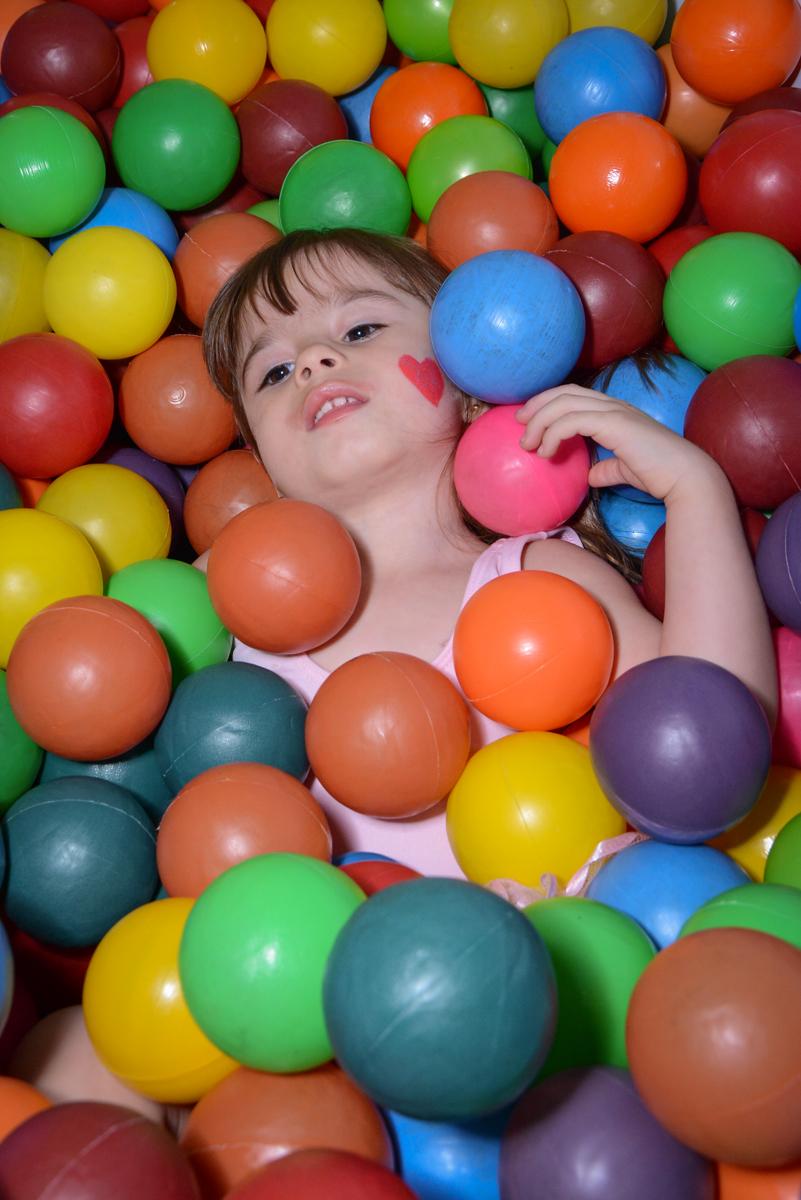 brincando na piscina de blinha no Buffet Espaço Play, Osasco, São Paulo
