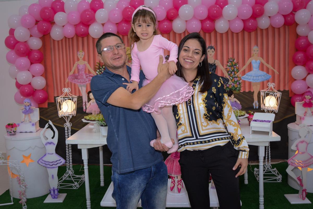 fotografia da aniversariante com os pais no Buffet Espaço Play, Osasco, São Paulo