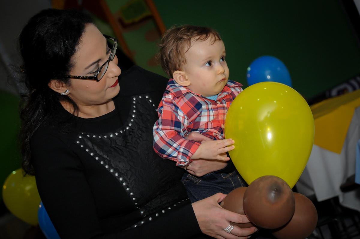 brincando com o balão no Buffet Fábrica da Alegria, Morumbi, São Paulo, SP