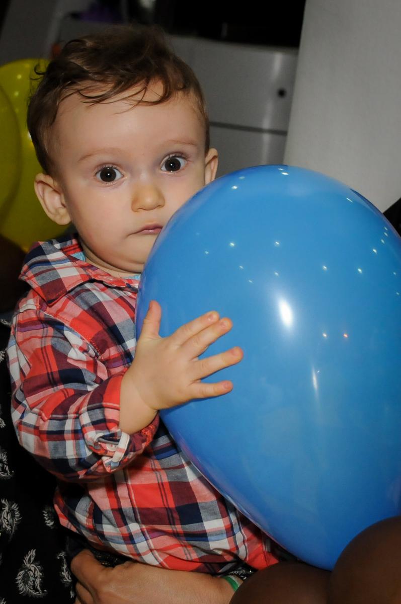 aniversariante brinca com o balão de bexiga no Buffet Fábrica da Alegria, Morumbi, São Paulo, SP