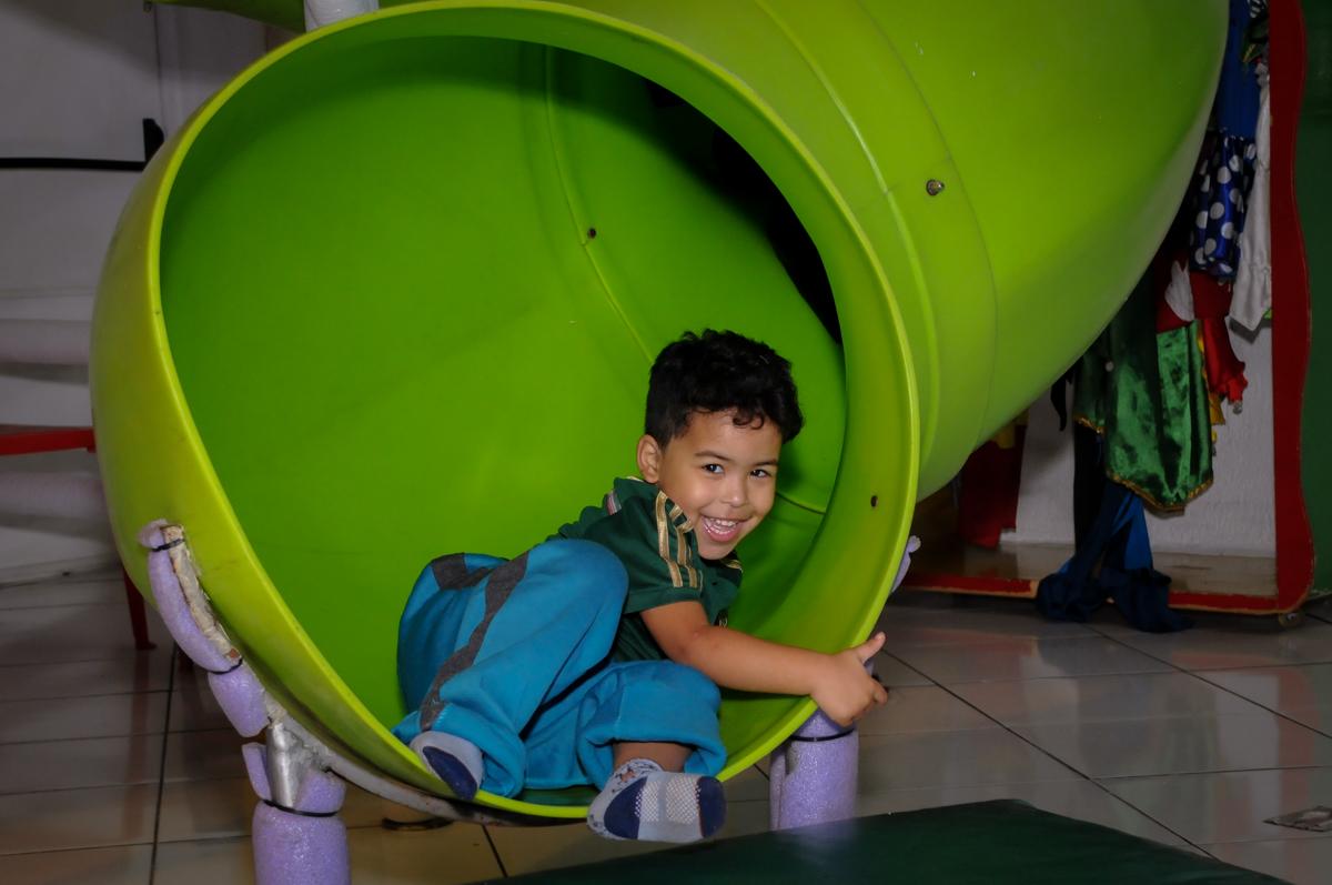 brincadeira animada no escorregador no Buffet Fábrica da Alegria, Morumbi, São Paulo, SP