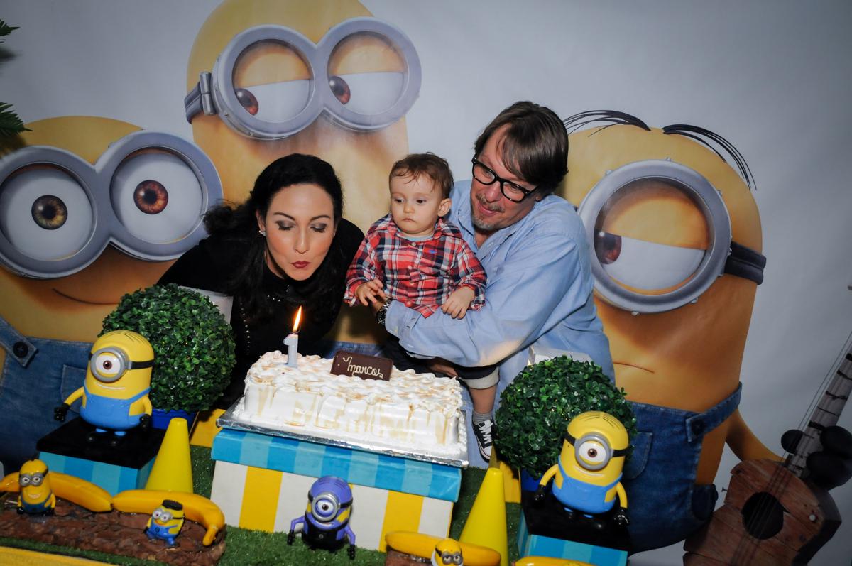 assoprando a vela do bolo no Buffet Fábrica da Alegria, Morumbi, São Paulo, SP