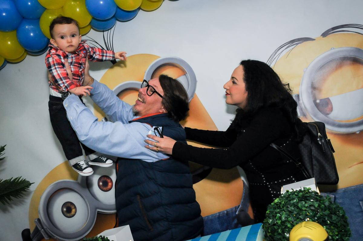 família sendo fotografada na mesa decorada no Buffet Fábrica da Alegria, Morumbi, São Paulo, SP