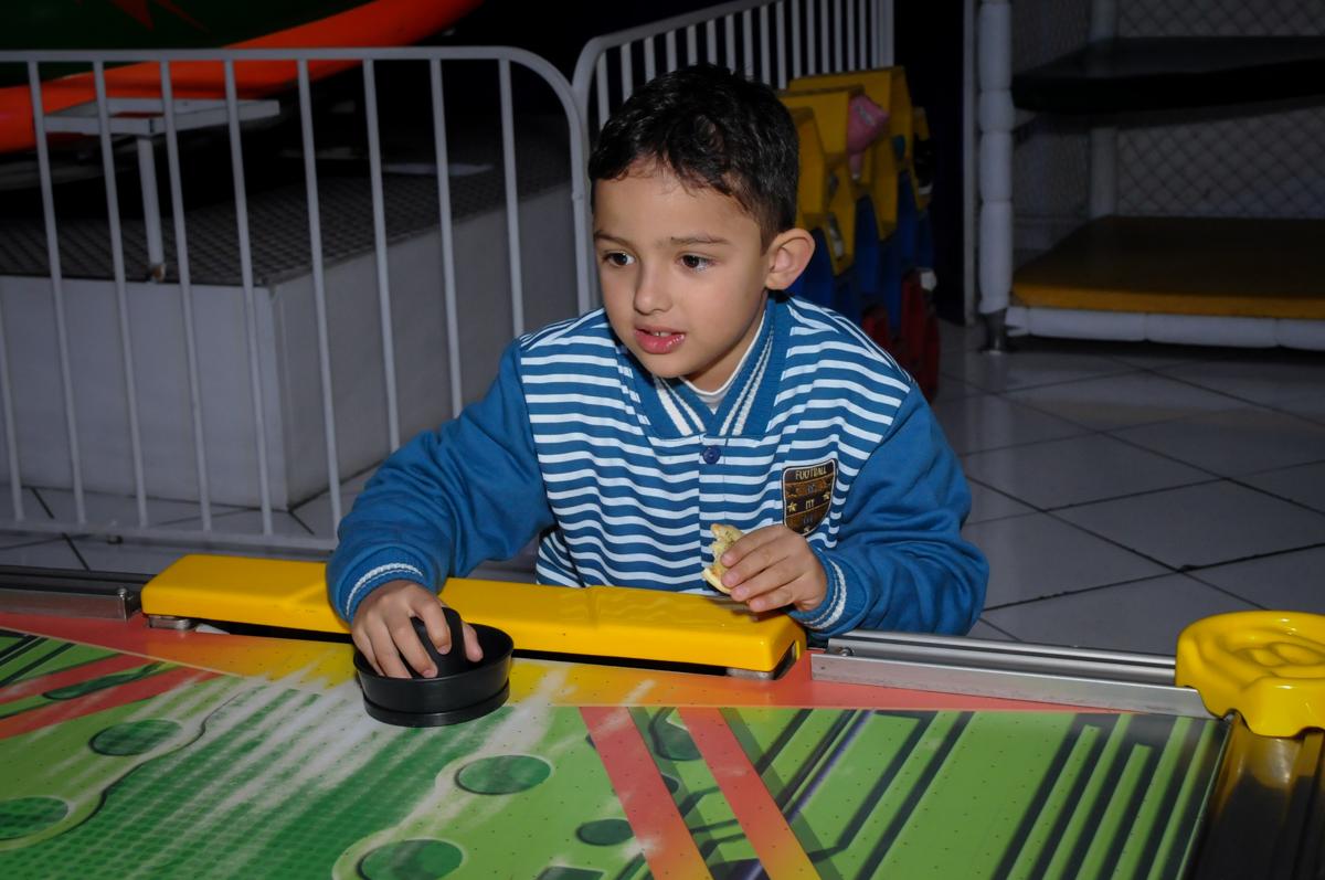 jogando futebol de mesa no buffet fábrica da alegria morumbi, sao paulo,sp, aniversário de brunna hadassa 6 anos, tema da festa a bela e a fera