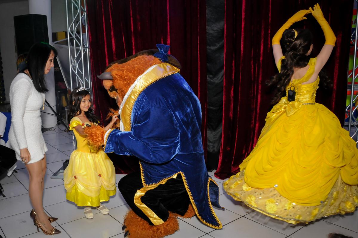 hora do show no buffet fábrica da alegria morumbi, sao paulo,sp, aniversário de brunna hadassa 6 anos, tema da festa a bela e a fera