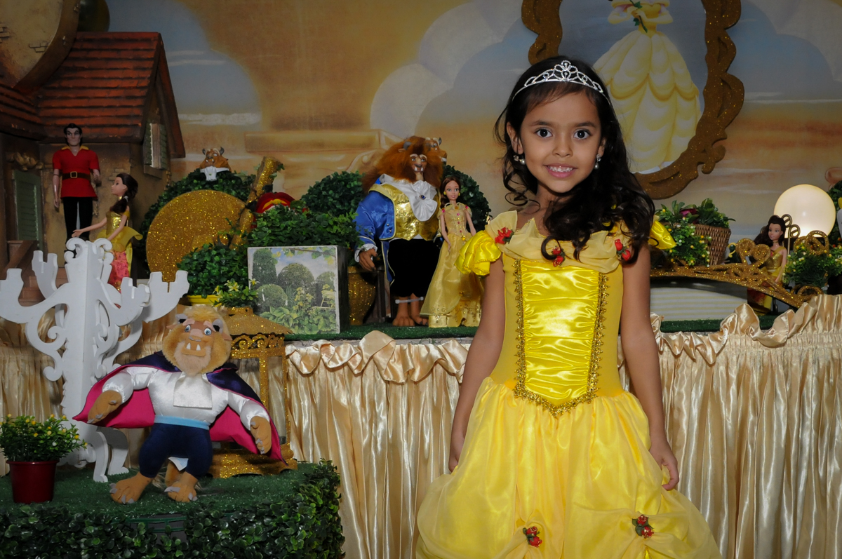 vestida de bela para a foto no buffet fábrica da alegria morumbi, sao paulo,sp, aniversário de brunna hadassa 6 anos, tema da festa a bela e a fera