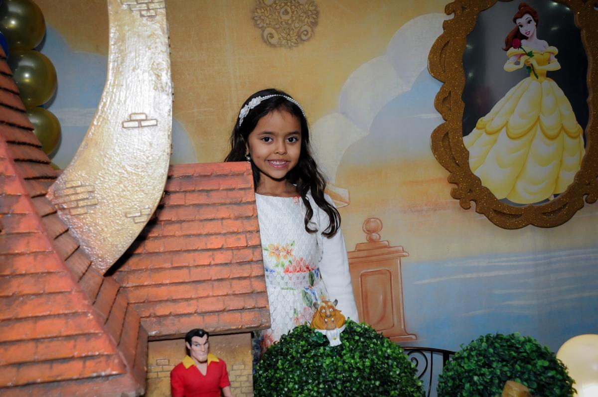 aniversariante faz pose para foto no buffet fábrica da alegria morumbi, sao paulo,sp, aniversário de brunna hadassa 6 anos, tema da festa a bela e a fera