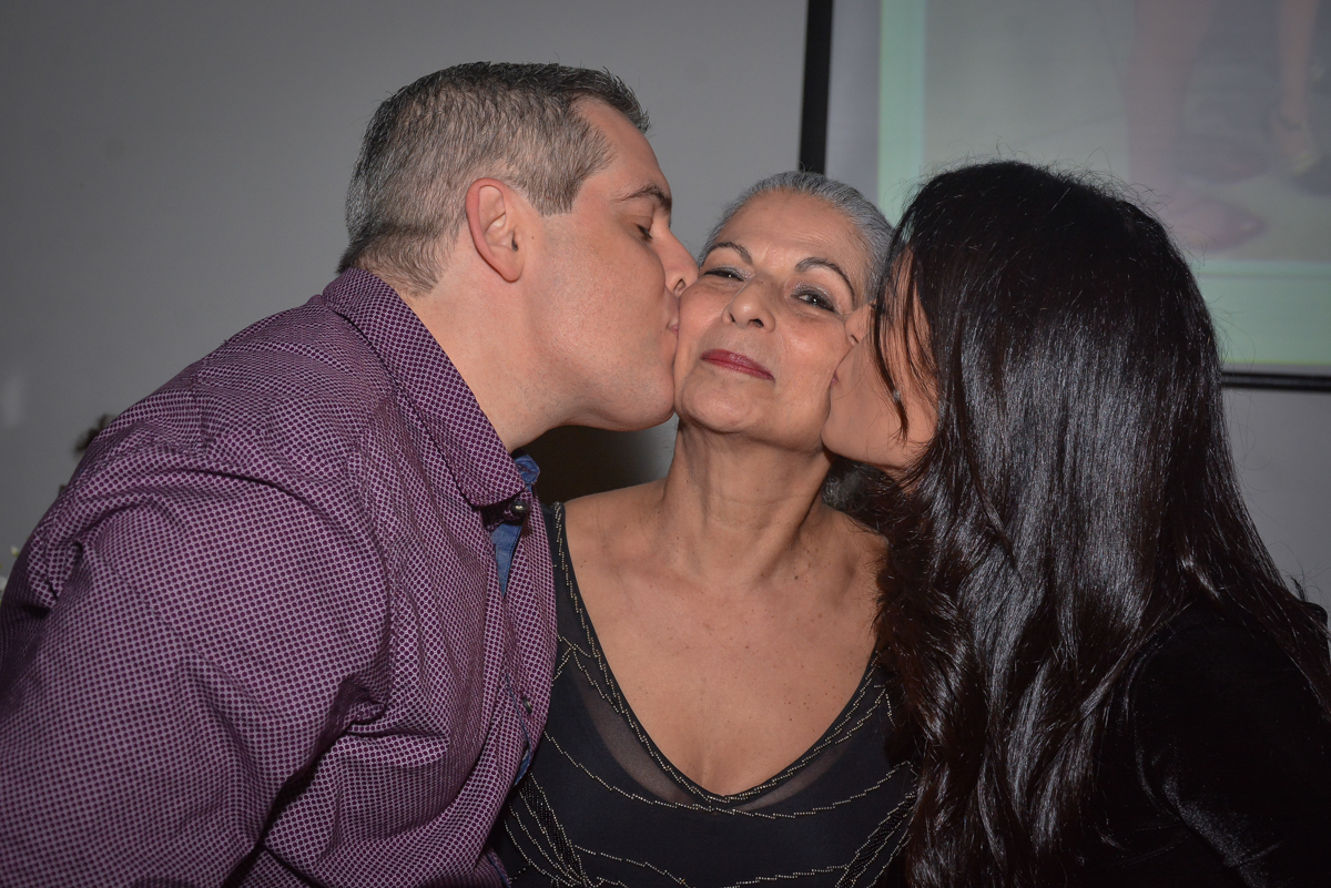 beijo sanduiche dos filhos no  Buffet Estação Club, Moema, São Paulo, SP