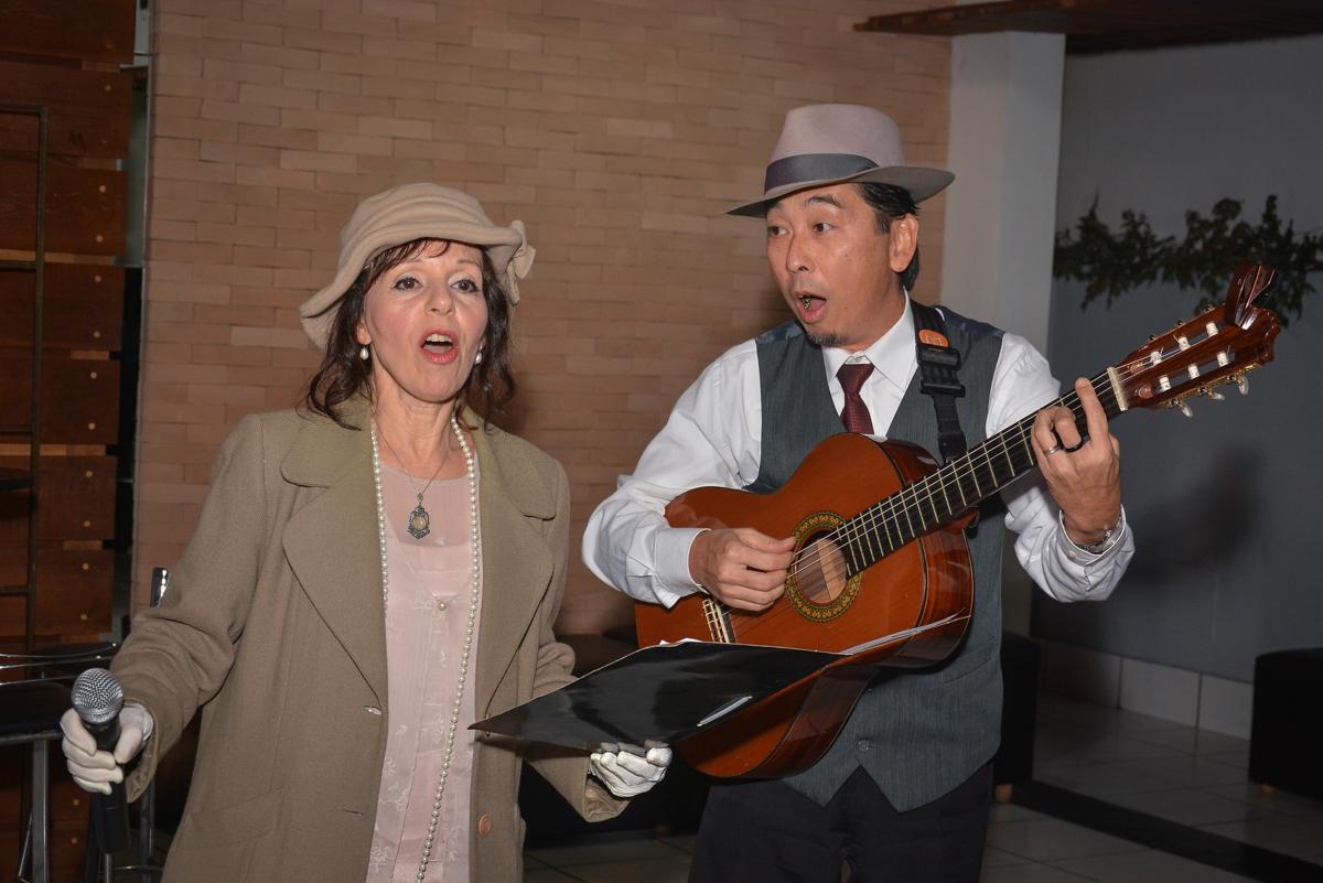 Os trovadores urbanos cantam músicas que agrada a todos no Buffet Estação Club, Moema, São Paulo, SP