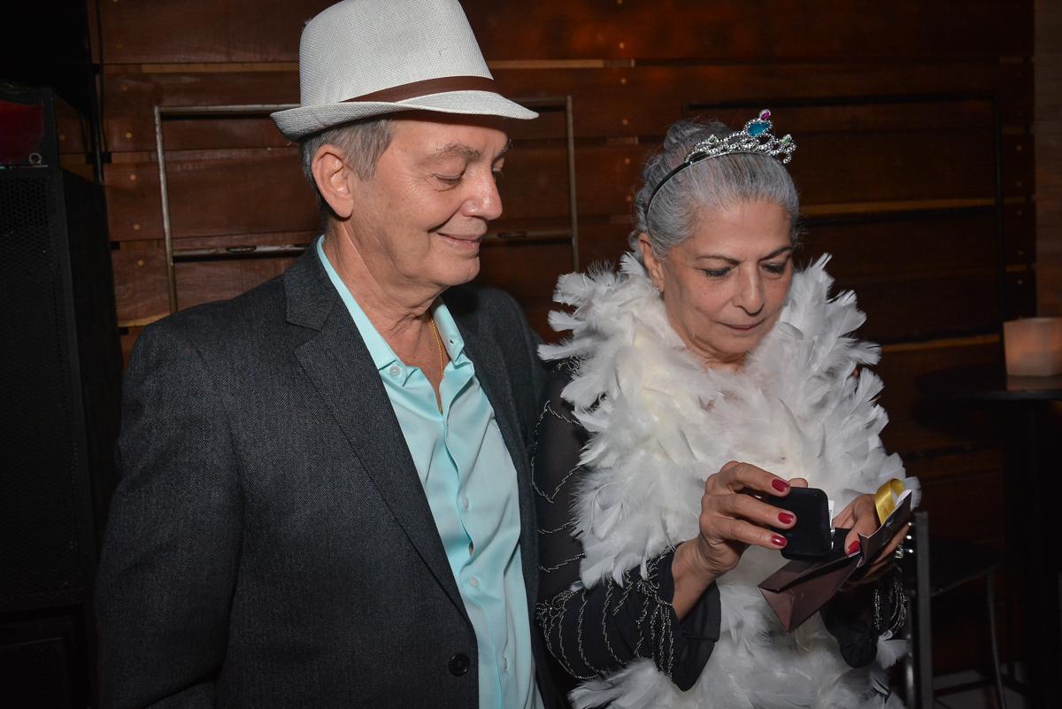 aniversariante ganha presente do maridão no Buffet Estação Club, Moema, São Paulo, SP