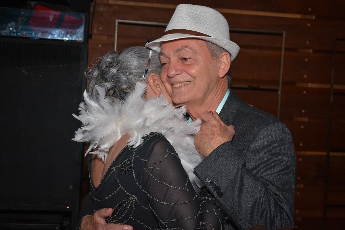 casal dançam feliz no Buffet Estação Club, Moema, São Paulo, SP