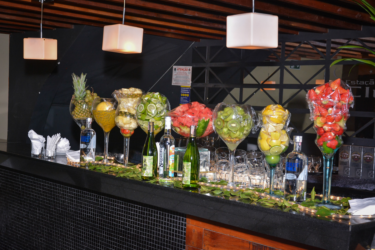 mesa de frutas e drinks no Buffet Estação Club, Moema, São Paulo, SP