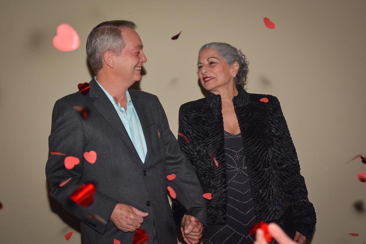 aniversariante é recepcionada pela família e amigos no Buffet Estação Club, Moema, São Paulo, SP