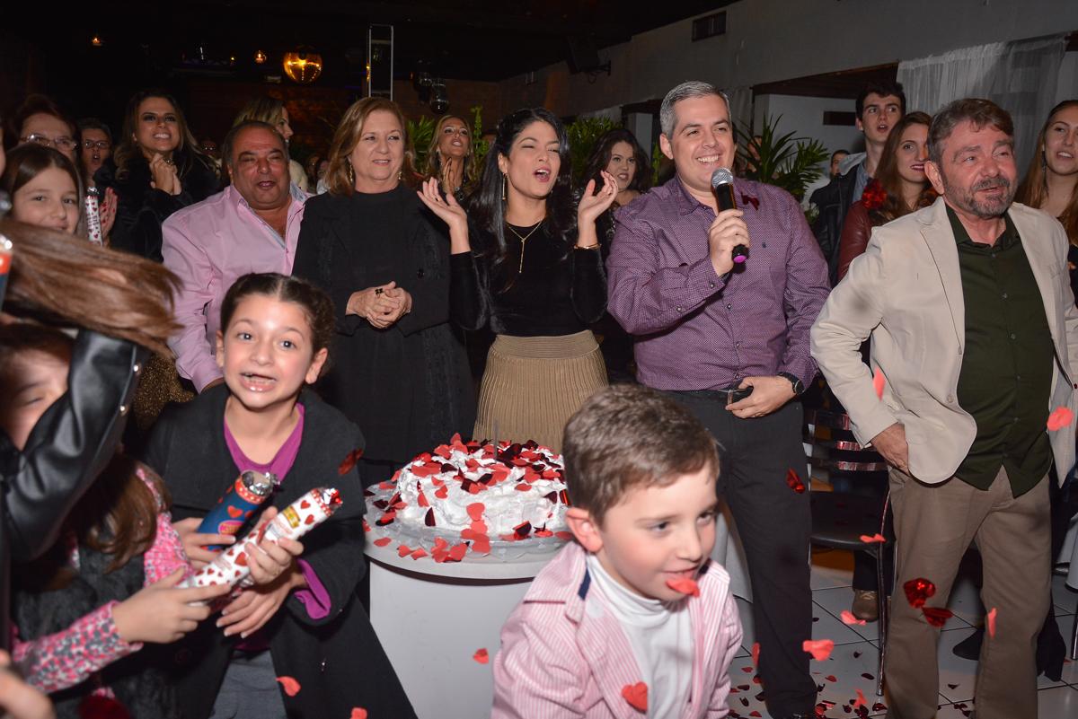 muita alegria com a chegada do casal no Buffet Estação Club, Moema, São Paulo, SP
