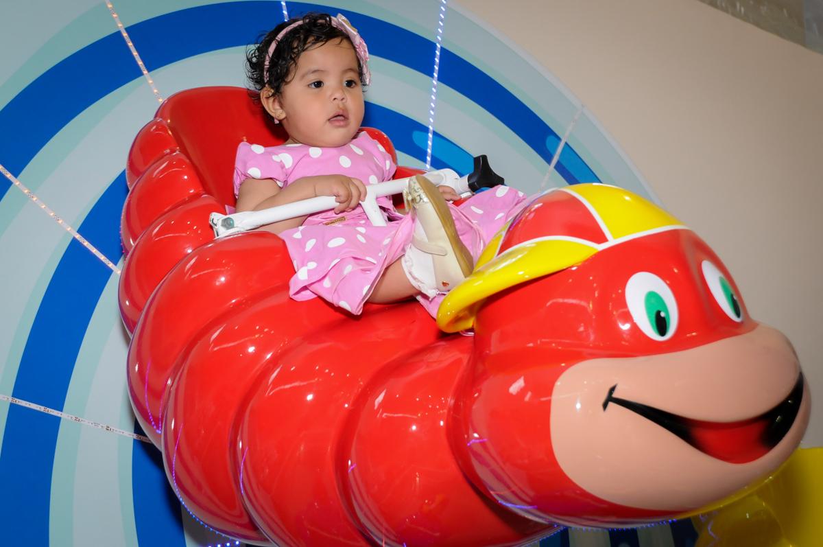 brincando no carrossel no Buffet Comics, Morumbi, São Paulo, SP, aniversario de Giovanna 1 aninho, tema da festa, minie rosa