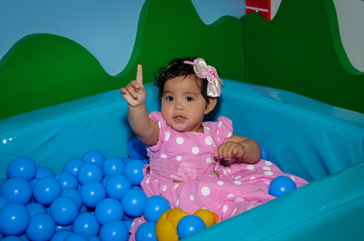 bagunça na piscina de bolinha no Buffet Comics, Morumbi, São Paulo, SP, aniversario de Giovanna 1 aninho, tema da festa, minie rosa