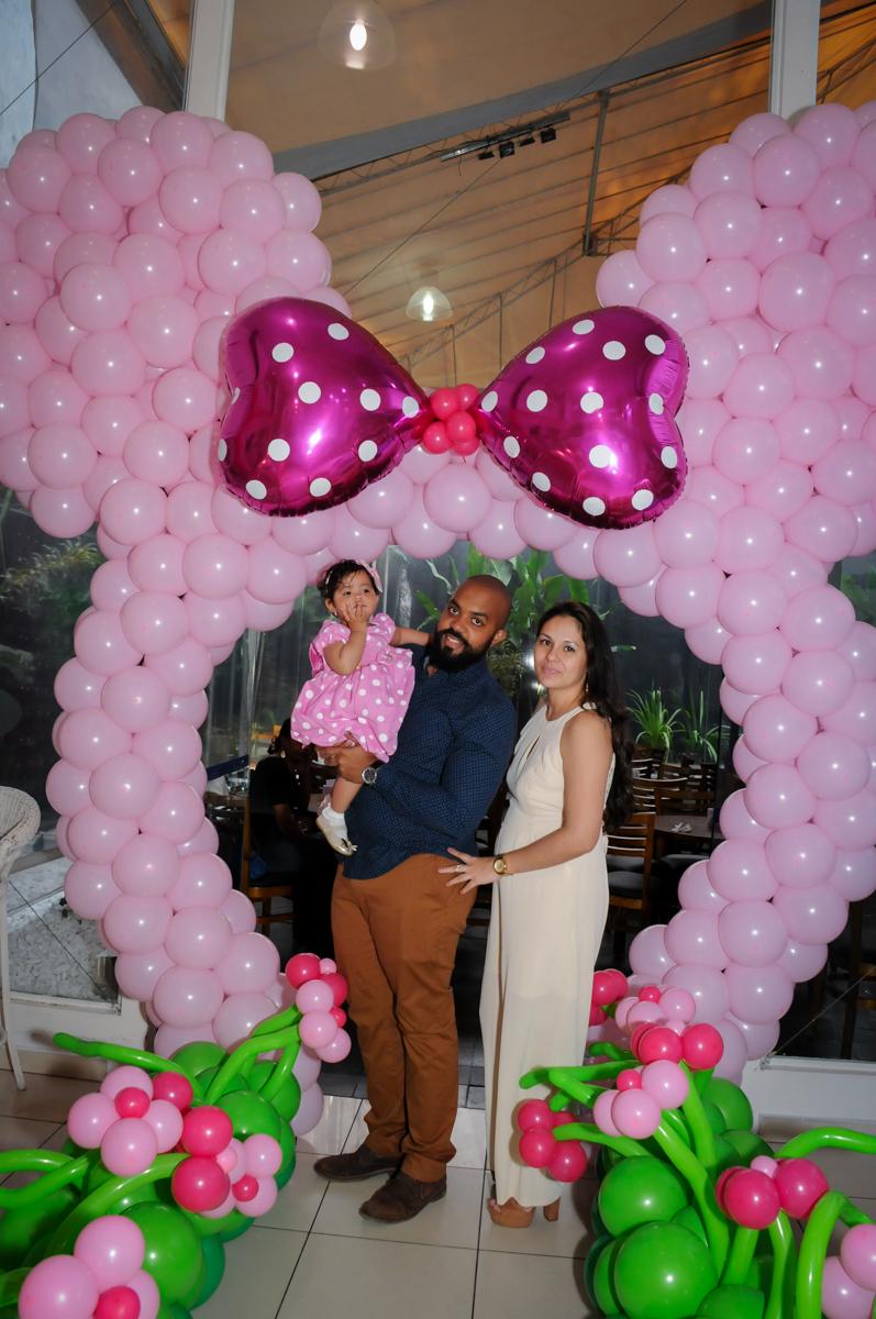 fotografia no arco de bexigas no Buffet Comics, Morumbi, São Paulo, SP, aniversario de Giovanna 1 aninho, tema da festa, minie rosa