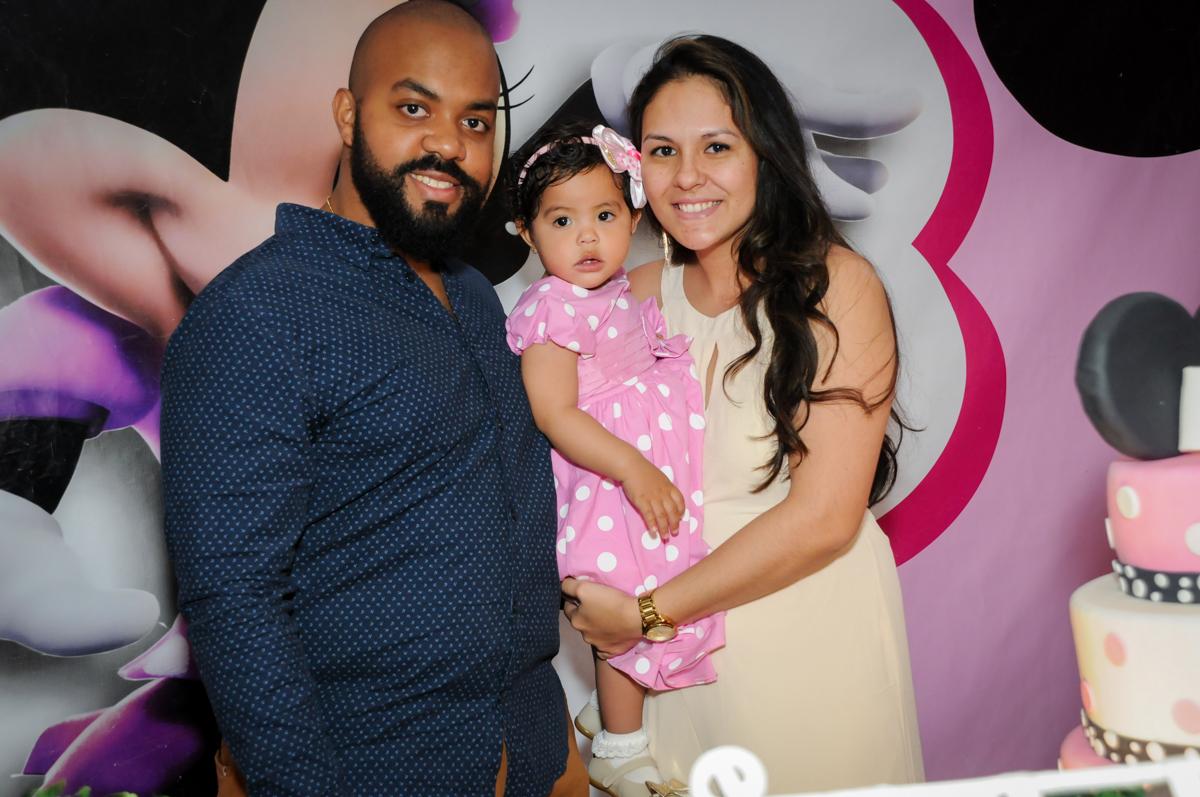 fotografia aniversariante com os pais no Buffet Comics, Morumbi, São Paulo, SP, aniversario de Giovanna 1 aninho, tema da festa, minie rosa