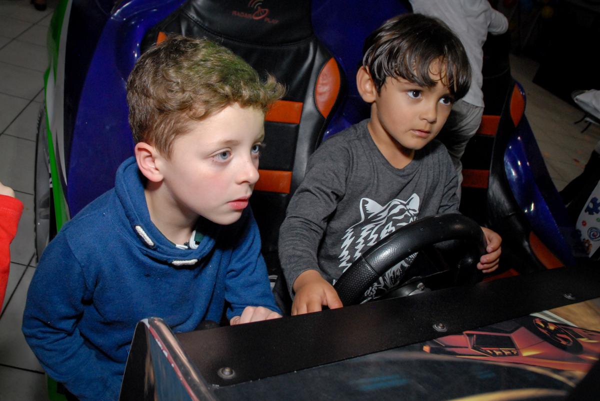 simulador de corridas  uma brincadeira divertida no Buffet Fábrica da Alegria, Osasco, São Paulo, SP, aniversário de Matheus 7 anos, tema da festa Power Ranger