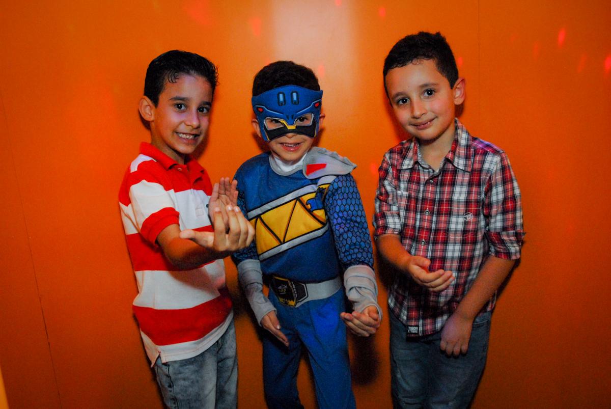 saindo da máquina do parabéns no Buffet Fábrica da Alegria, Osasco, São Paulo, SP, aniversário de Matheus 7 anos, tema da festa Power Ranger
