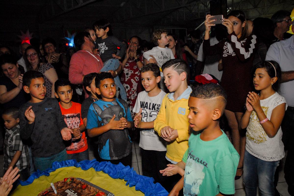 amigos cantam parabéns no Buffet Fábrica da Alegria, Osasco, São Paulo, SP, aniversário de Matheus 7 anos, tema da festa Power Ranger