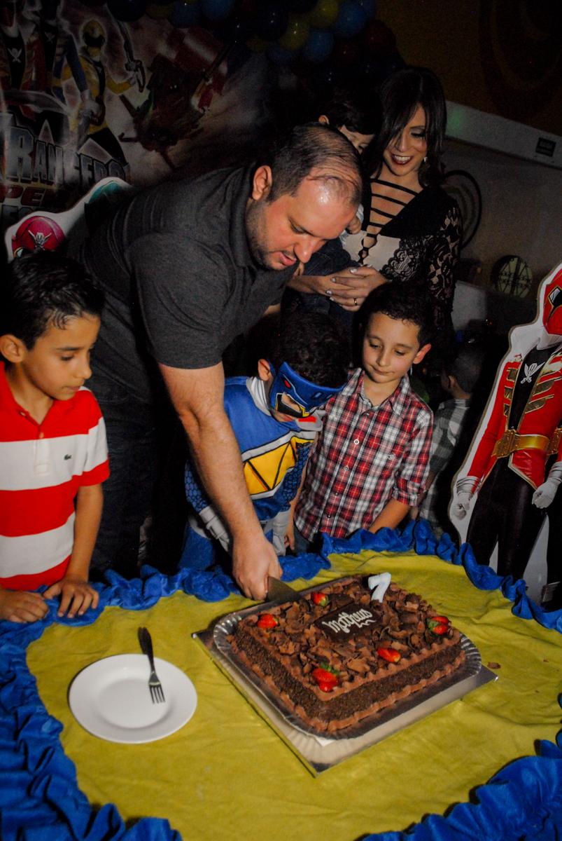 cortando o primeiro pedaço de bolo no Buffet Fábrica da Alegria, Osasco, São Paulo, SP, aniversário de Matheus 7 anos, tema da festa Power Ranger
