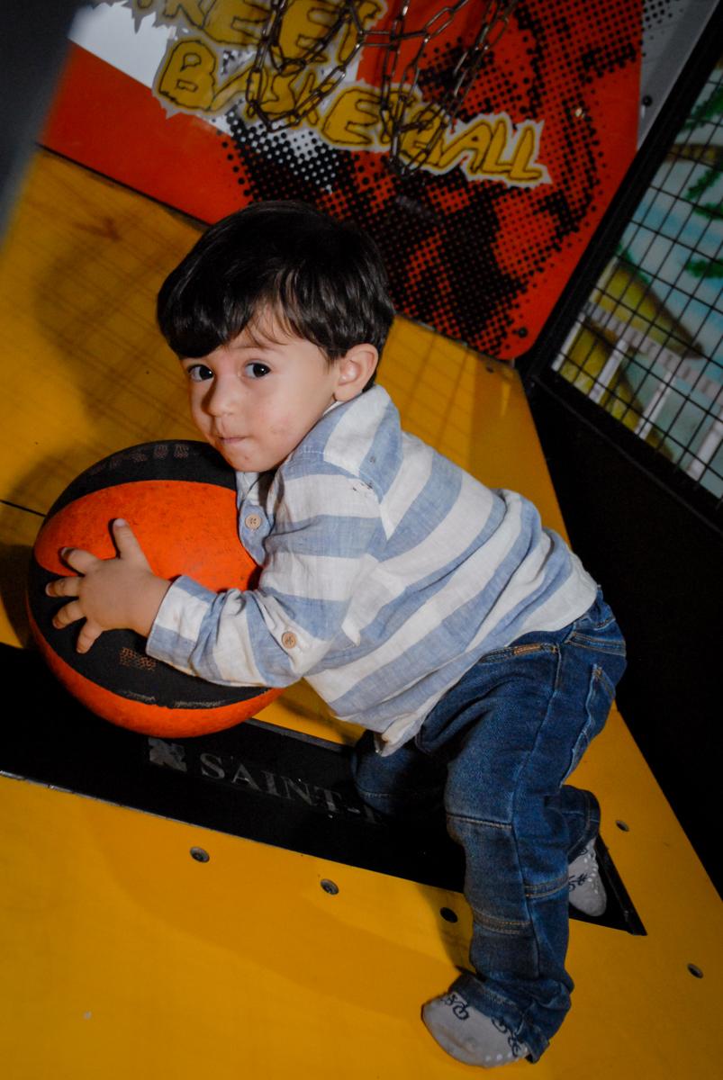 jogando basquete boll no Buffet Fábrica da Alegria, Osasco, São Paulo, SP, aniversário de Matheus 7 anos, tema da festa Power Ranger