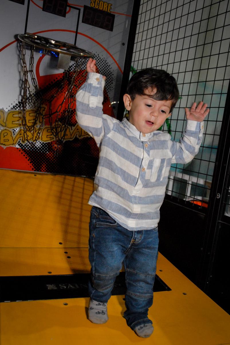 comemorando cesta no Buffet Fábrica da Alegria, Osasco, São Paulo, SP, aniversário de Matheus 7 anos, tema da festa Power Ranger