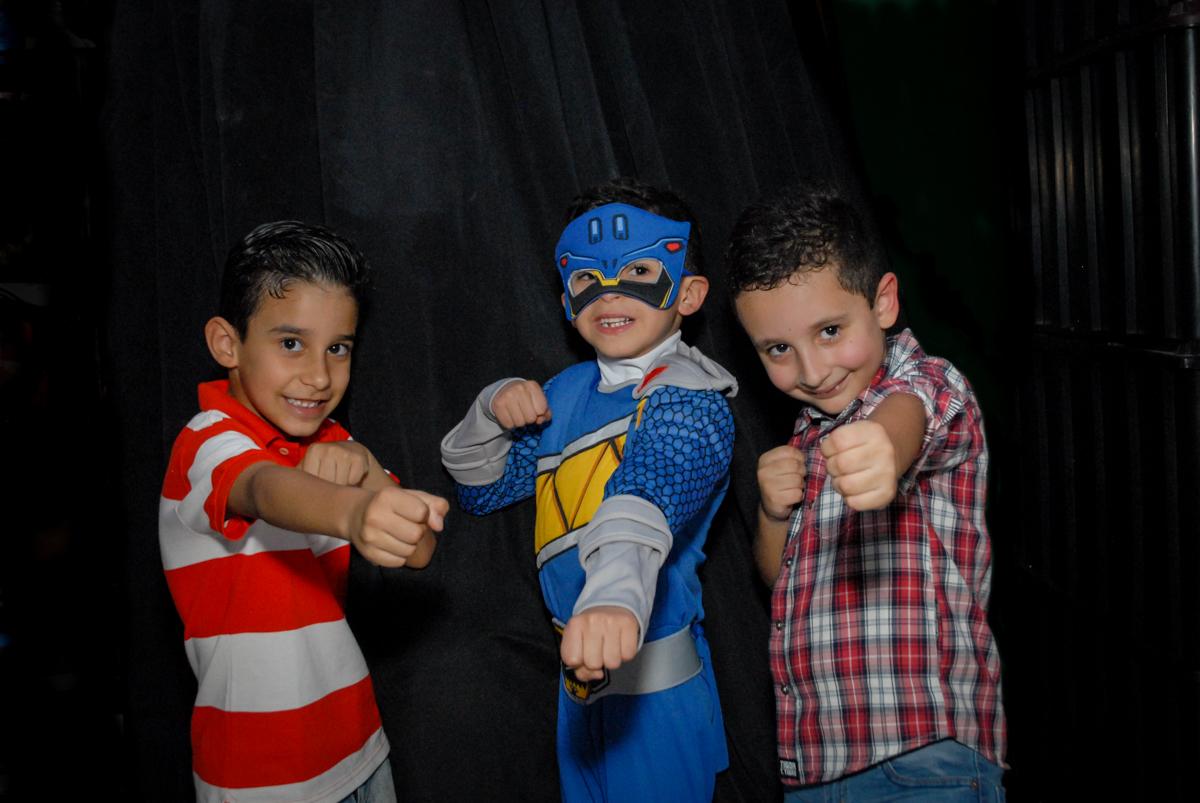 final da festa fotografia com os amigos no Buffet Fábrica da Alegria, Osasco, São Paulo, SP, aniversário de Matheus 7 anos, tema da festa Power Ranger