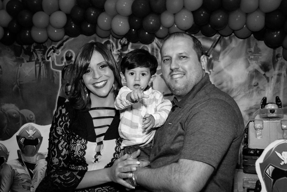 fotografia da família no Buffet Fábrica da Alegria, Osasco, São Paulo, SP, aniversário de Matheus 7 anos, tema da festa Power Ranger