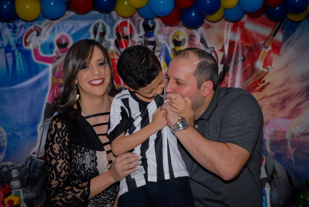 empolgação com o time de doração Santos no Buffet Fábrica da Alegria, Osasco, São Paulo, SP, aniversário de Matheus 7 anos, tema da festa Power Ranger