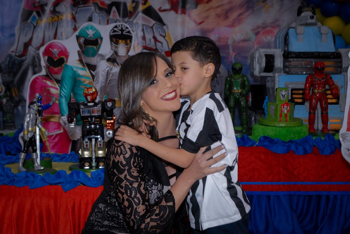 Beijo carinhoso na mamãe no Buffet Fábrica da Alegria, Osasco, São Paulo, SP, aniversário de Matheus 7 anos, tema da festa Power Ranger