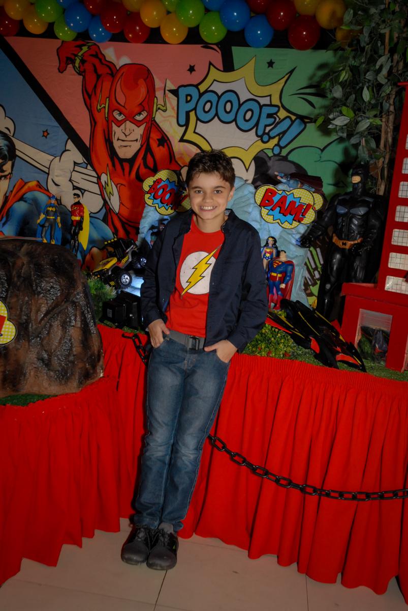 aniversariante posa para a foto no Buffet Planeta Prime, Alphaville, São Paulo, aniversário de Rafael 10 anos, tema da festa The Flash