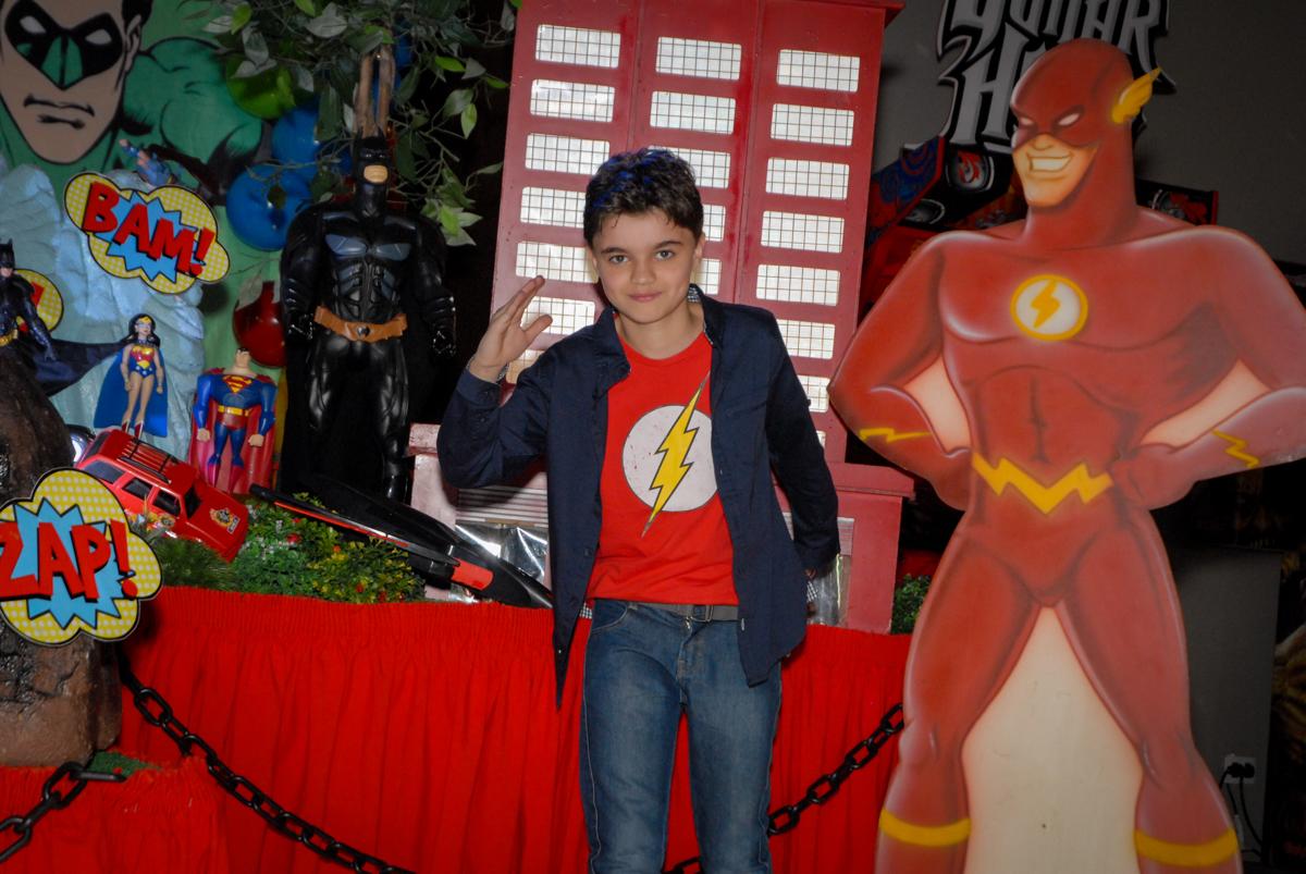 pose de herói no Buffet Planeta Prime, Alphaville, São Paulo, aniversário de Rafael 10 anos, tema da festa The Flash