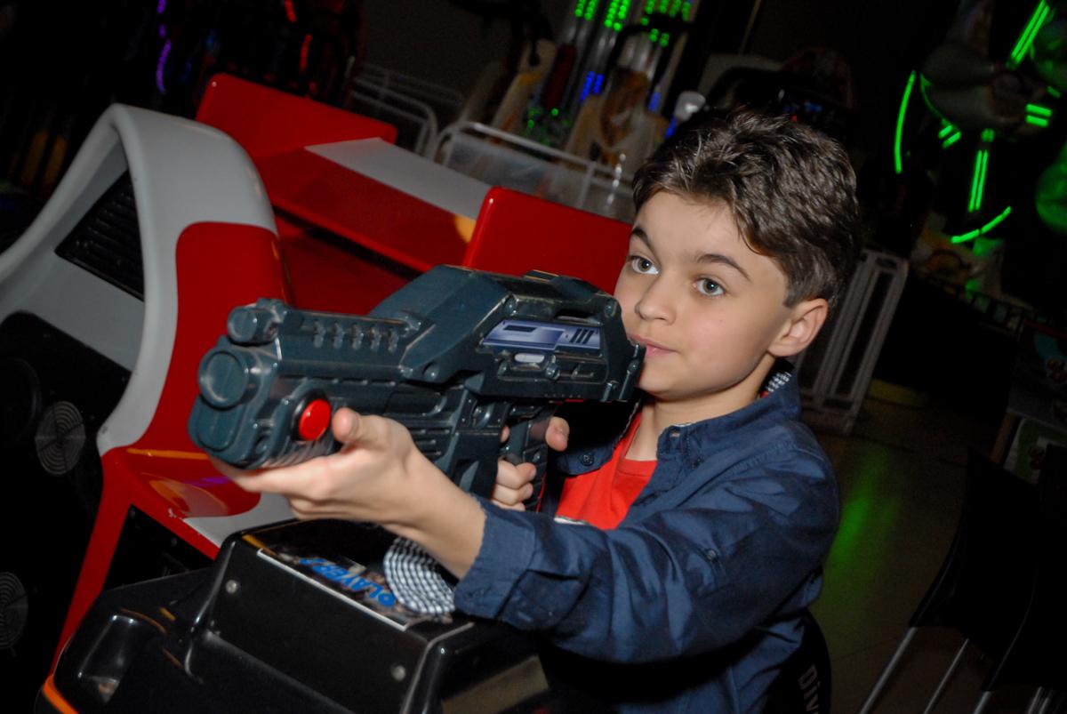 brincando no simulador de tiro no Buffet Planeta Prime, Alphaville, São Paulo, aniversário de Rafael 10 anos, tema da festa The Flash