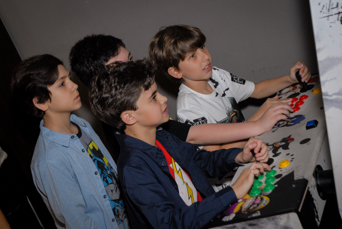 brincando no simulador de corrida no Buffet Planeta Prime, Alphaville, São Paulo, aniversário de Rafael 10 anos, tema da festa The Flash